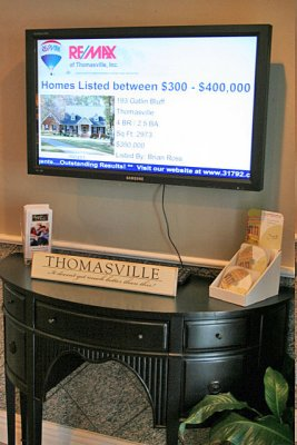 RE/MAX Thomasville's lobby digital signage by StrandVision